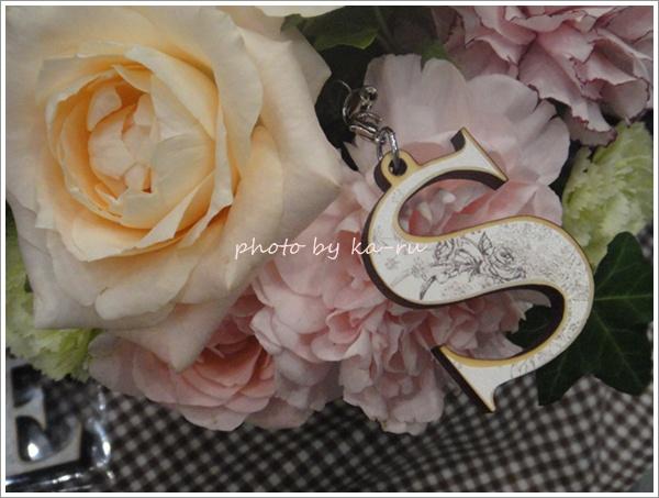 日比谷花壇 イニシャルモチーフ付きのフラワーアレンジメントを贈ろう