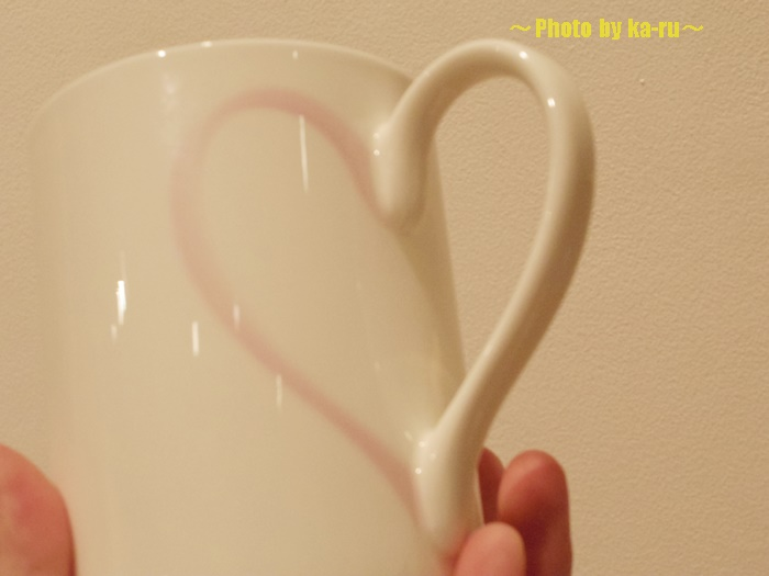 カップのデザインと取ってでハートの形 MoMA STOREのマグカップ