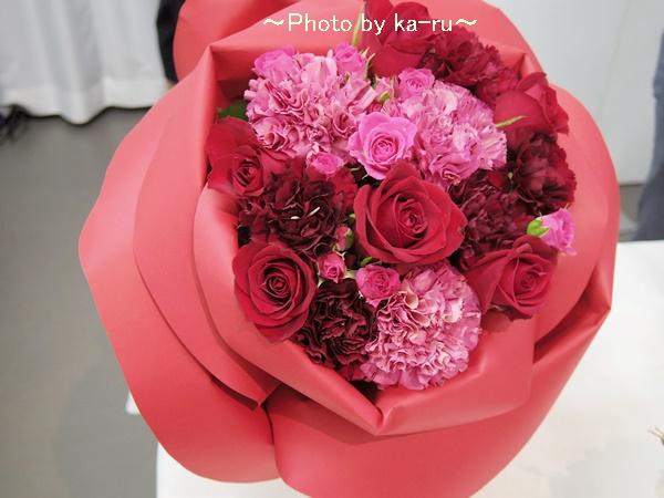 バラの形の花束ペタロ・ローザ「シャイニングレッド」01ka