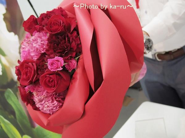 バラの形の花束ペタロ・ローザ「シャイニングレッド」05ka