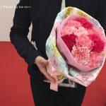トートバックがラッピングに!母の日はカーネーションの花束とトートバックをプレゼント! 日比谷花壇