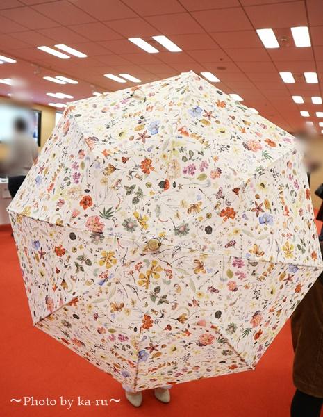 母の日 リバティプリント「日傘」とアレンジメントのセット_日傘広げた