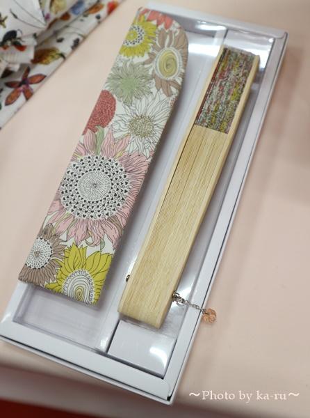 母の日 「リバティプリント扇子」と花束のセット_ラッピング