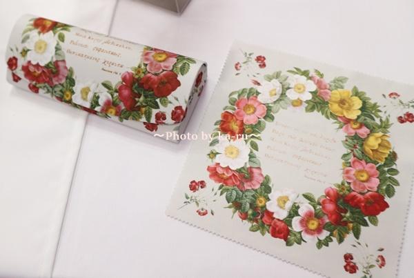 """母の日に「ルドゥーテのメガネケース」をプレゼント 花柄がステキなルドゥーテのメガネケースを母の日にプレゼントしませんか? ピエール=ジョゼフ・ルドゥーテの「メガネケースとクロス」は華やかでステキです。一緒にプリザーブドフラワーがセットになっています。 雑貨とお花を贈りたい方にオススメです。 くわしくはこちらから→<A HREF=""""http://click.linksynergy.com/link?id=zetMzo9LAt8&offerid=573772.6687182022&type=15&murl=https%3A%2F%2Fwww.e87.com%2Fselection%2Fmother%2Fg%2FgSA18202240"""">【母の日フラワーギフト】プリザーブドセット「ルドゥーテ メガネケース&クロス」</A><IMG border=""""0"""" width=""""1"""" height=""""1"""" src=""""https://ad.linksynergy.com/fs-bin/show?id=zetMzo9LAt8&bids=573772.6687182022&type=15&subid=0""""> ピエール=ジョゼフ・ルドゥーテの雑貨は人気! 「ピエール=ジョゼフ・ルドゥーテ」はベルギーの画家で植物学者です。ユリやバラの植物を多く書いています。 「ルドゥーテ」の雑貨はハンカチやマグカップなど色んな商品がありますよ。本物のお花みたいですごくキレイだなと思いました。お母さんがお花が好きだったら喜んでくれると思います。 イイハナでは「ルドゥーテ」のメガネケース&クロスとプリザーブドフラワーがセットになっています。 ルドゥーテ メガネケース&クロス デザインが3種類あるので「リース」、「バラ」、「パンジー」の中から選ぶことが出来ます。お母さんが好きな花やデザインで選ぶといいと思います。 イベントに参加をして実際に「リース」を見てきました。印刷が鮮やかでキレイです。 メガネケースの裏、横から見てもお花がたくさんあります。 メガネケースを開けてみました。中は黒いです。メガネケースの開閉は「マグネット」です。磁気カードや電化製品、ペースメーカーなどを近くで使わないようにしてください。 クロスも鮮やかなお花がステキですね。 クロスの印刷もキレイでお花がより繊細です。裏は白いです。 母の日のプレゼントにメガネケースはうれしいと思います。前におばあちゃんにメガネケースを贈ったことがあります。おばあちゃんは毎日使ってくれていて、現在も使っています。プレゼントをして10年近く経つと思うのですが大事に使ってくれていると思うと嬉しいです。 プリザーブドフラワーに「カーネーション」や「バラ」春を感じれる 母の日に贈りたいカーネーションやバラが使われているプリザーブドフラワーです。 「Mother's Day」のピックが入っています。落ち着いた感じがいいですね。 プリザーブドフラワーはそのまま飾って楽しむことが出来るので水やりは必要ありません。お世話が苦手、出来ない方へのプレゼントにもオススメです。透明なケースも付いてくるので掃除も楽ですよ。 母の日にメガネケースをプレゼントしたい方にオススメです。お花も飾って楽しむことが出来ますよ! 母の日 プリザーブドセット「ルドゥーテ メガネケース&クロス」 価格:6,000円(税抜き) 送料無料 くわしくはこちらから→<A HREF=""""http://click.linksynergy.com/link?id=zetMzo9LAt8&offerid=573772.6687182022&type=15&murl=https%3A%2F%2Fwww.e87.com%2Fselection%2Fmother%2Fg%2FgSA18202240"""">【母の日フラワーギフト】プリザーブドセット「ルドゥーテ メガネケース&クロス」</A><IMG border=""""0"""" width=""""1"""" height=""""1"""" src=""""https://ad.linksynergy.com/fs-bin/show?id=zetMzo9LAt8&bids=573772.6687182022&type=15&subid=0""""> <A HREF=""""http://click.linksynergy.com/link?id=zetMzo9LAt8&offerid=573772.6687182022&type=15&murl=https%3A%2F%2Fwww.e87.com%2Fselection%2Fmother%2Fg%2FgSA18202240""""><IMG border=0 src=""""https://img.e87.com/img/goods/S/SA182022pk"""
