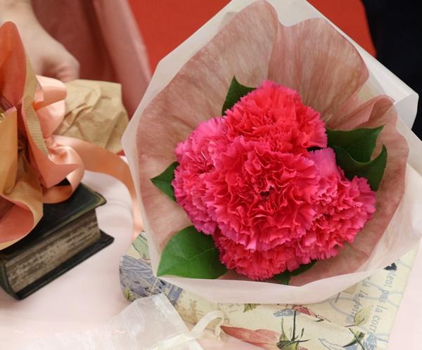 母の日 リバティプリント「タオルハンカチ&ティッシュケース」と花束のセット_カーネーション