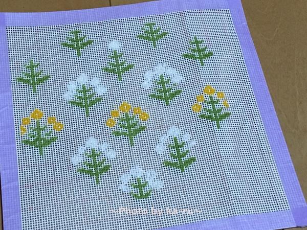フェリシモ「ニードルポイントポーチの会」 「山吹」のお花と「白」のお花