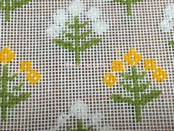 フェリシモ「ニードルポイントポーチの会」 「山吹」のお花と「白」のお花2