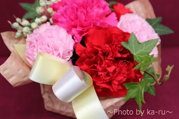 日比谷花壇のアレンジメント「シェールママン ピンク」_レインボーカラーのリボン