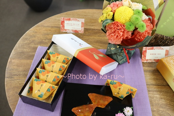 敬老の日 日本橋屋長兵衛「暦菓子 実り柿」とそのまま飾れるブーケのセット