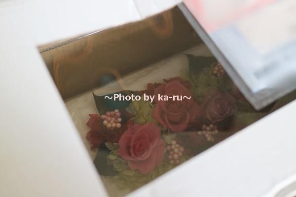 エレガントなプリ&アーティフィシャルアレンジ「ローズブロッサム・エレガントビオレ」(ホワイト)_花が見えるダン