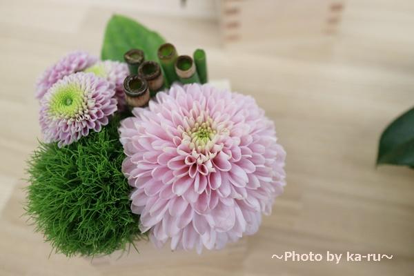デザイナーズアレンジメント「令和・凛」_まん丸のピンクのマムとテマリソウ