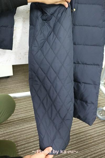 フェリシモ リブ イン コンフォート 寝袋級の暖かさ ロングダウンコート〈ネイビー〉_サイドの切り替え ネイビー
