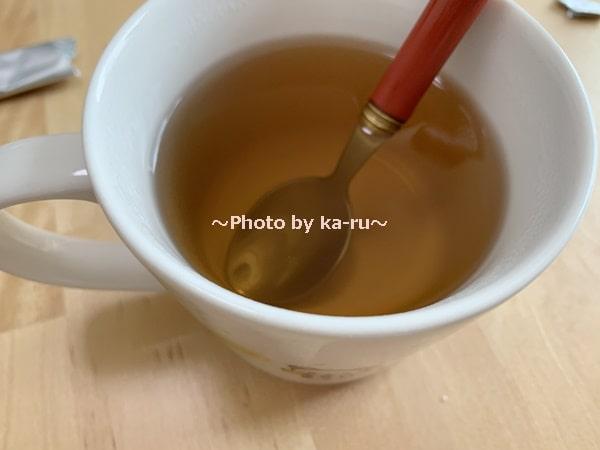ナースル「低分子 純粋コラーゲン」_びわ茶に入れてみた スプーンでかき混ぜる