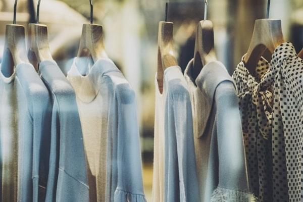 洋服を選び